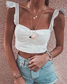 10 Summer Fashion Mistakes to Avoid - Bra tops and ruffles are a match made in heaven. What a combo Mode Outfits, Trendy Outfits, Fashion Outfits, Womens Fashion, Fashion Trends, Fashion Ideas, Fashion Styles, Style Fashion, Moda Fashion