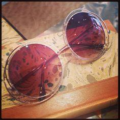 Retro sunglasses: Round big 60's model gold.
