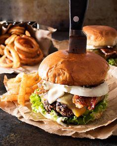 Pfeffer, die verkrusteten Speck Cheeseburgers |  Nichts geht über einen großen Burger.  Außer köstlich Pfeffer, die verkrusteten Speck Cheeseburger, mit Knoblauch-Aioli beschmierten!  Machen Burger Nacht zu einem unvergesslichen Erlebnis!  |  http://thechunkychef.com