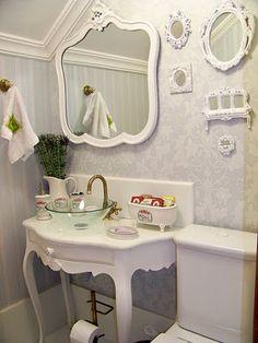 Banheiro em estilo provençal total. Elegante ou antiquado? #estiloprovençal #decoraçãoprovençal #provencestyle #homedecor #interiordecor #interiorstyle #lavabo #decoraçãoelegante #balcãoparabanheiro #banheiro #decorarfazbem #comprardecoracao #carrodemola.