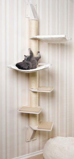 Solid wall cat tree for small spaces or corners. Stabiler Wandkratzbaum für kleine Räume oder Ecken.