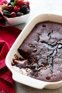 Hot Fudge Pudding Cake - Recipes to Try! Pudding Desserts, Köstliche Desserts, Pudding Cake, Delicious Desserts, Dessert Recipes, Dessert Healthy, Party Recipes, Pudding Recipes, Cake Recipes