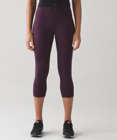 Designed to minimize  distractions and maximize  comfort, these tight-fitting  crops offer light compression  with full freedom to move.
