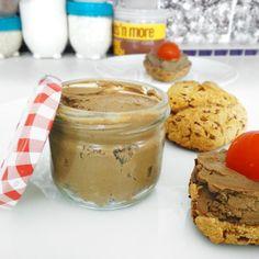 Pokud patříte mezi milovníky paštik, ale odpíráte si je kvůli vysokému obsahu tuků, mám pro vás skvělou zprávu. Existuje i fitness nízkotučná varianta, kterou díky vysokému obsahu bílkovin oceníte i po tréninku. Základem paštiky jsou kuřecí játra a kořenová zelenina. Peanut Butter, Fitness, Cooking, Breakfast, Recipes, Smoothie, Food, Kitchen, Morning Coffee