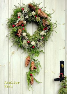 Atelier Kari Christmas wreath .. the pine cones dangling.. I can do that :)