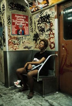 Découvrir New-York en 1983 – La street photography de Thomas Hoepker Very urban, lots going on, but fits with the dark, moody colour scheme Nyc Subway, New York Subway, Magnum Photos, Lise Sarfati, Jamel Shabazz, Urbane Fotografie, Urban Photography, Photography Women, Reportage Photography