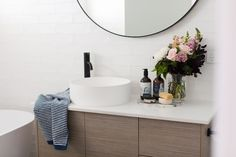 Looking for ways to refresh your bathroom without a renovation? A bit of bathroom styling can go a long way! Here's how to decorate your bathroom. Bathroom Plants, Bathroom Spa, Bathroom Colors, Bathroom Faucets, Small Bathroom, Bad Styling, Styling Tips, Small Toilet, Bathroom Trends