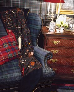 tartan interieur I skótkockák a lakásban * RL Home Tartan Decor, Tartan Plaid, Scottish Decor, Irish Decor, English Country Decor, Equestrian Decor, Style Deco, Wingback Chair, Traditional House