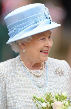 Queen Elizabeth II Photos - Queen Elizabeth visits the Ashmolean Museum in Oxford. - The Queen goes to the museum Elizabeth Philip, Princess Elizabeth, Queen Elizabeth Ii, Princess Diana, British Family, British Royal Families, Die Queen, Queen Hat, Elisabeth Ii