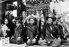 COLLECTIE TROPENMUSEUM Een aantal religieuze specialisten zitten rondom een met textiel bekleed bouwwerk tijdens een oogstfeest te Kumun Sumatra.