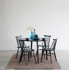 Pohjanmaan uudet retrohenkiset Aino-ruokapöydät on suunniteltu erityisesti käytettäväksi Aino-pinnatuolien kanssa.
