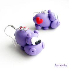 Hrošíci se srdíčkem - fialová Miniaturní hrošíci jsou netradiční doplněk, který je drobný a lehoučký, velikost cca 22 mm, i v modré barvě.