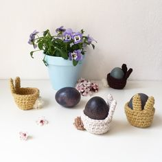 A super cute crochet pattern for easter bunny egg cups Easy Sewing Projects, Diy Projects To Try, Crochet Projects, Easter Presents, Easter Bunny Eggs, Egg Cups, Tapestry Crochet, Cute Crochet, Diy And Crafts