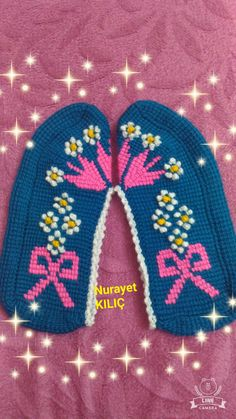 This Pin was discovered by Nur Knitted Slippers, Tunisian Crochet, Sock Shoes, Crochet Clothes, Leg Warmers, Diy And Crafts, Beanie, Knitting, Hats