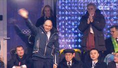 7 febbraio 2014 - Sfila l'Italia nella cerimonia inaugurale dei Giochi Olimpici invernali di Sochi, tanti i tricolori sventolati dalla corposa delegazione di atleti in tuta blu guidati dal portabandiera Zoeggeler sulla pista del Fisht Stadium. Dalla tribuna, il caloroso saluto di Letta che agita la mano destra all'indirizzo degli atleti, scendendo un gradino della sua posizione (Ansa/Sky)