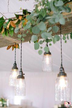 Coloque um foco de luz em cada mesa e deixe que os cabos e metais estejam aparentes para dar um efeito mais rústico.