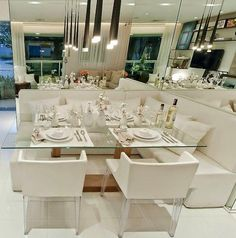 A composição de vidro, espelho e cor branca fazem o trio perfeito para uma sala pequena. http://www.decorfacil.com/salas-de-jantar-pequenas/