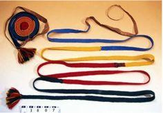 Lagda samiska skoband för kvinna, 310 cm långa. Vitträsk, Pålkem, Gällivare. Inköpt av Otto Lindgren  Notera att röda färgen inte är närmast skon som på övriga lagda kvinnoskoband från Gällivare. Saami braided shoeband for a woman, Vitträsk, Pålkem Gällivare.