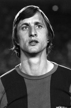 Johan Cruyff antes del comienzo de la final de la Copa del Rey disputada contra la U.D. Las Palmas en el estadio Santiago Bernabéu, en mayo de 1978.