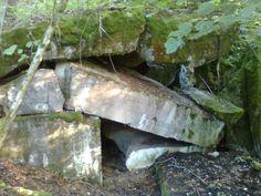 """Większy bunkier na górze Pietraszka niedaleko Staświn. Widok """"od spodu""""."""