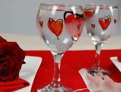 Etape 4 : patientez et admirez le résultat - Peinture sur verre pour la Saint-Valentin - Femme Actuelle Wedding Glasses, Painted Wine Glasses, Sharpie, Valentines Day, Creations, Tableware, Painting, Biscotti, Dishes