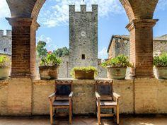 Na Itália, este castelo medieval custa 30,5 milhões de dólares e vem com 1600 acres de propriedade, uma vinícola de 18 hectares e piscinas que cercam os muros