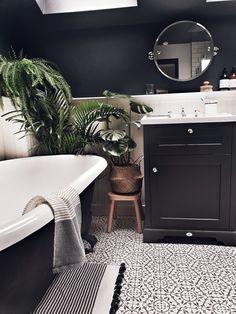 Home Interior Drawing House Tour: The Wooden Hill Malmo & Moss.Home Interior Drawing House Tour: The Wooden Hill Malmo & Moss Dark Bathrooms, Upstairs Bathrooms, Beautiful Bathrooms, Small Bathroom, Dark Gray Bathroom, Black And Gold Bathroom, Modern Bathroom, Master Bathroom, Stil Inspiration