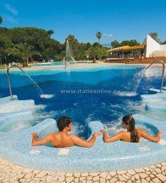 Villaggio Camping Baia Domizia, Baia Domizia, Kampánie, dovolená v Itálii, jižní Itálie, rodinná dovolená, dovolená u moře, venkovní bazén, bazén pro děti, vířivka, přímo u pláže, písčitá pláž, plážový servis, parkoviště, wifi, klimatizace, dětské hřiště, animace, tennis, stolní tenis, posilovna, lehátka u bazénu, cukrárna, bar, supermarket, restaurace, pizzerie.
