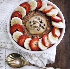 """Mi """"Avena Nocturna"""" como la bautizó Gox hace algunos años atrás, es uno de nuestros desayunos más repetidos!  Es una preparación derivada del clásico porridge de avena, que conserva una textura similar pero no requiere cocción. La receta es muy simple: avena, un líquido para hidratar (leche vegetal o animal), yogur y semillas de chía... https://instagram.com/p/BEOZAK1lWhx/"""
