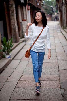 2012年初,世界知名鞋类品牌ECCO爱步携手品牌行走风尚大使,著名影星董洁小姐,拍摄了题为《爱步爱我》的微电影,并于4月10日在优酷和土豆平台上进行了首播。