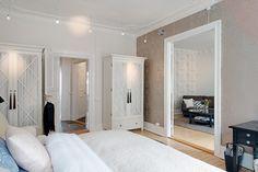 biała szafa w sypialni