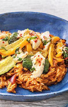 Rezept: Orzo Nudel Risotto mit Mozzarella, gelber Paprika, Zucchini, Chili und frischen Kräutern Italienisches Schlemmergericht für Groß und Klein! Vegetarisches, mediterranes Sommerrezept! Hellofreshde / Kochen / Essen / Ernährung / Kochbox / Zutaten / Gesund / Schnell / Einfach / DIY / Gericht / Blog / Leicht #orzo #risotto #nudeln #nudelrisotto #vegetarisch #orzotto #pasta #hellofreshde #kochen #essen #zubereiten #zutaten #diy #rezept #kochbox #ernährung #gesund #leicht #schnell #einfach New Recipes, Vegan Recipes, Cooking Recipes, Pasta Salad, Healthy Snacks, Food And Drink, Veggies, Lunch, Dinner