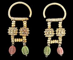Traditional jewelry in Russia.  Odintsy, dvoychatki, Triad - came about in the XV century, hanging earrings with 1, 2 or 3 bars with cornelian, bone, pearl balls or cylinders, beads, freshwater pearls.. There have been widespread in Kaluga, the northern and central parts of European Russia.