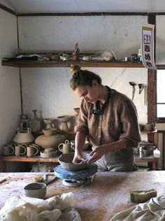 Ceramicist Simone Bodmer-Turner has been a pupil of ancient Japanese craftsmanship. She's been living and working at the Shiro Oni artist-in-residency studio in Fujioka, a far cry from her home bases in New York and Massachusetts. Ceramic Studio, Ceramic Pottery, Slab Pottery, Pottery Wheel, Pottery Vase, Ceramic Mugs, Ceramic Bowls, Pottery Studio, Tea Ceremony