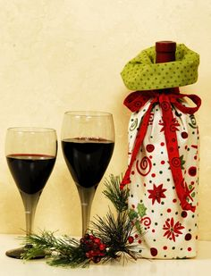 Not truly quilted, but I still wouldn't turn down a bottle in one of these fabric wine bags :) Wine Bottle Gift, Wine Bottle Covers, Wine Bottle Crafts, Wine Gifts, Christmas Gift Bags, Christmas Projects, Holiday Crafts, Christmas Wrapping, Xmas