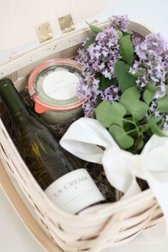 21 Beautiful gift basket ideas that your friends and family will love! These 21 DIY Gift basket ideas are perfect for any occasion! Get Well Gift Baskets, Mother's Day Gift Baskets, Christmas Gift Baskets, Get Well Gifts, Theme Baskets, Christmas Crafts, Diy Gifts For Him, Easy Diy Gifts, Homemade Gift Baskets