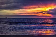 Red Light behind...#gradient #gadientnation #landscape #nature #beautiful #masterpice #powerofnature #goldenhour #bluehour #sunset #sunsetchaser #evening #cameroontrip #instagood #instanature #moving #reflection #mirror #waterscape #africanlandscape #kribi #visiterlafrique #everydayafrica #travel #formeafricais #tarmac  Une vue d'un coucher de soleil normal de kribi. La ligne d'horizon sur laquelle on devine la silhouette d'un bateau  rentre en tension avec les formes abstraites dessinées…