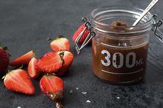 Mandelsmør med chokolade og havsalt smager perfekt som sundt chokoladepålæg eller som dyppelse til bær eller frugt. Prøv også en skefuld ovenpå grøden.