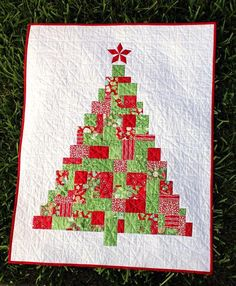 Modern Patchwork Christmas Tree Quilt Pattern - Home Decor Christmas Sewing, Noel Christmas, Christmas Projects, Modern Christmas, Beautiful Christmas, Christmas Ornament, Tree Patterns, Quilt Patterns, Quilting Projects