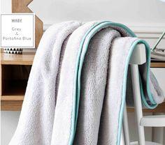 Šedá hřejivá deka do kočáru s modrým lemováním ve francouzském stylu Towel, Blue