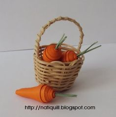 Tutorial carrot quilling by Nati  http://natiquill.blogspot.com/2011/04/tutorial-cenouracarrot-tutorial.html