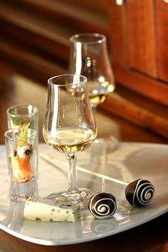 White wine and chocolate Wine And Cheese Party, Wine Cheese, Wine Down, Hotels, Wine Parties, Wine And Beer, Fine Wine, Wine Drinks, Beverages