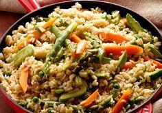 Frigideira de arroz e legumes com curry verde.