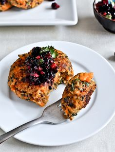 sweet potato quinoa cakes with blackberry salsa - ooh these sound yummy! sweet potato AND quinoa Healthy Desayunos, Healthy Recipes, Whole Food Recipes, Vegetarian Recipes, Healthy Eating, Cooking Recipes, Healthy Lunches, Lunch Recipes, Cooking Tips