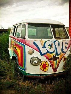 Sometimes, Volkswagen vans even came in full hippie splendour. Volkswagen Transporter, Volkswagen Bus, T3 Vw, Van Hippie, Hippie Love, Hippie Style, Hippie Car, Hippie Things, Vans Vw