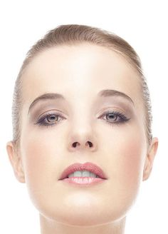Asi znáte podobné snímky z časopisů. Kosmetické značky je používají jako symbol ženské krásy. Zde budeme používat nástroj zkapalnění na úpravu tělesných propozic. Budeme velmi detailně retušovat pleť metodou horní propusti, provádět fotomontáže zubů a bělení. Vysvětlíme si, jak udělat z průměrných očí ty nejkrásnější na světě, dodáme rtům lesk novou metodou z USA, upravíme barevnost vlasů a nakonec přidáme tajným přechodem krásnou pleťovou barvu.