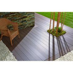 Lame de terrasse en bois composite alvéolaire : Bois (57%) et PVC (43%). Dimensions : épaisseur : 21mm, largeur : 150mm, longueur : 2850 mm.Au choix : coloris chocolat ou ardoise!Sans écharde. Ne se fendille pas. Lames antidérapantes même par temps d