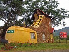 Esta curiosa casa es creación del artista Ron Van Zyl. La construyó para su mujer Yvonne en 1990. Se... - Pinterest