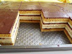 Prăjitura dungată cu foi caramel și pandișpan - Rețete Merișor