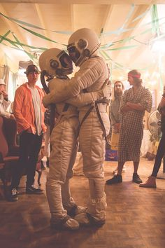 Spacegirl and Spaceman DaveMatthews Kygo Wallpaper, Wallpaper Space, Locked Wallpaper, Kygo Stole The Show, Wallpapers Tumblr, Astronauts In Space, Major Tom, Grunge Look, Soft Grunge